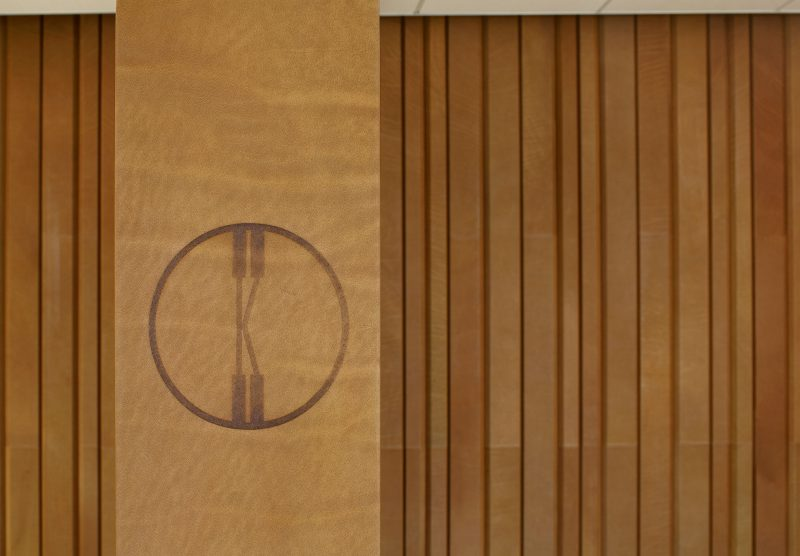 Wandbekleding leder bekledingsleder saddle - ARO - Plank - logo - detail -Spinneybeck - ENNAIR